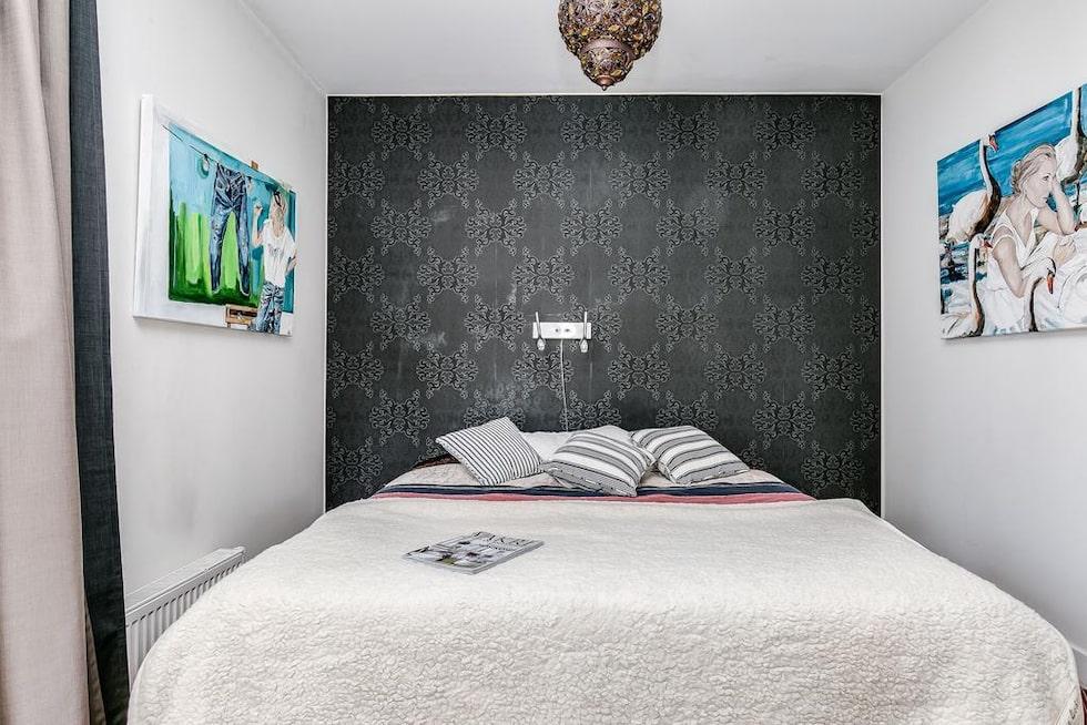 Master bedroom med massiv stavparkett och målade väggar, samt eget dressingroom intill. Utgång till altan med trägolv av lärkträd, räcke med överliggare i ek, lamellglas.
