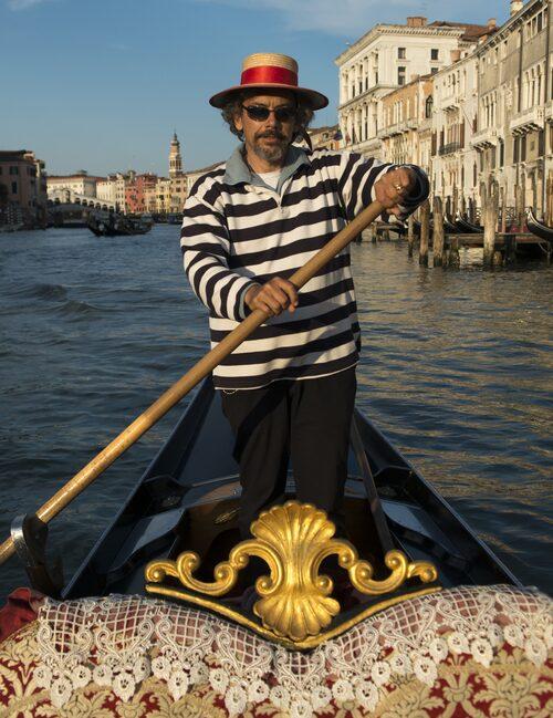 Vid åran står Tommaso de Arcangeli, fjärde generationens gondoljär. Yrket går i arv från far till son.