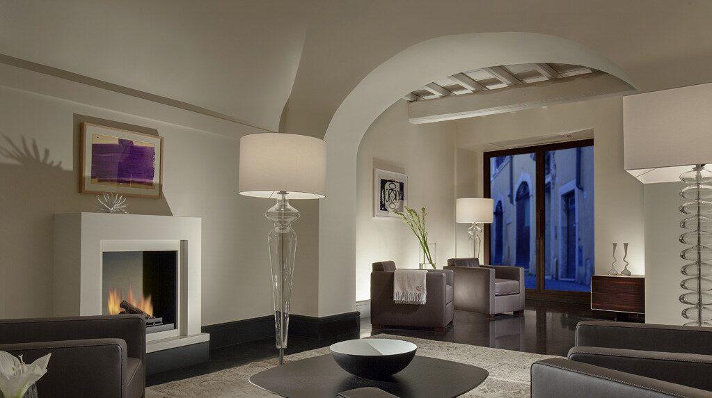 Rummen på Palazzo Scanderbeg vid Fontana di Trevi har ljus inredning i nordisk stil.