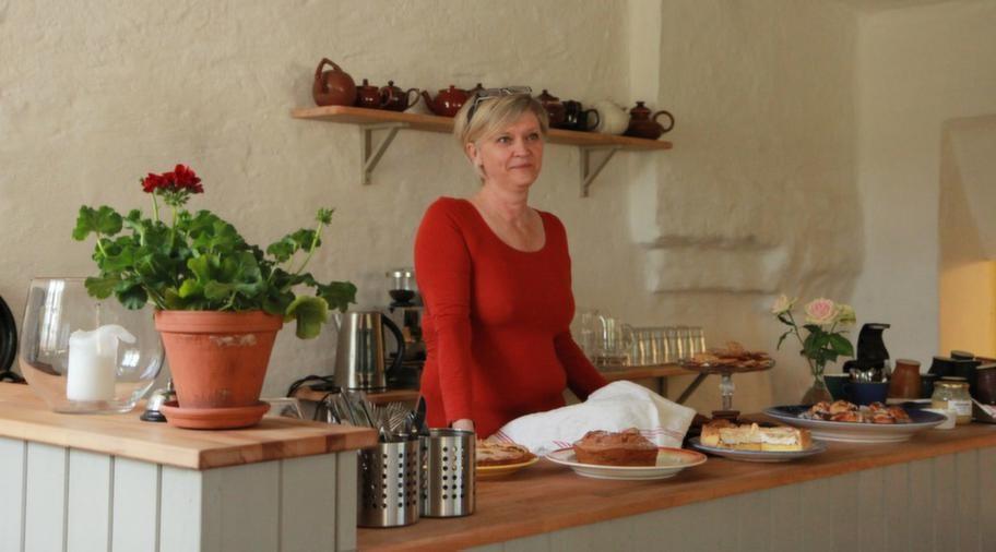 """Nybakat. Ibba bakom sina kakor och pajer. Hon bakar allting själv. """"Jag har alltid tyckt om att baka"""", säger Ibba."""