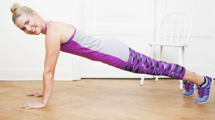 2    Håll höften sänkt med knäna i luften och gå framåt med händerna i golvet sam- tidigt som fötterna är kvar på samma ställe så att du till slut står i armhävnings- position på raka armar.