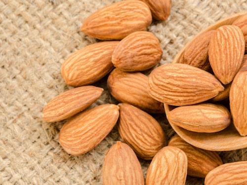 Medelhavskosten har i några studier visat lindrande effekt på reumatiska sjukdomar. I medelhavskosten ingår bland annat mandlar och nötter.