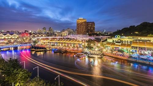 Singapores främsta nöjesdistrikt är de gamla flodkvarteren kring Clarke Quay, ett rakt igenom ett trevligt ställe att vistas i på kvällen.