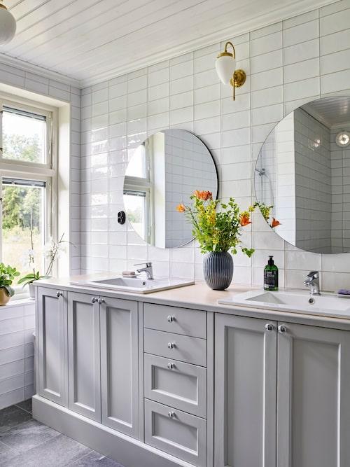 Kommoden i badrummet är platsbyggd för att ge en gammaldags känsla. Speglar, Åhléns. Lampor, Sekelskifte. Vas, Kähler.
