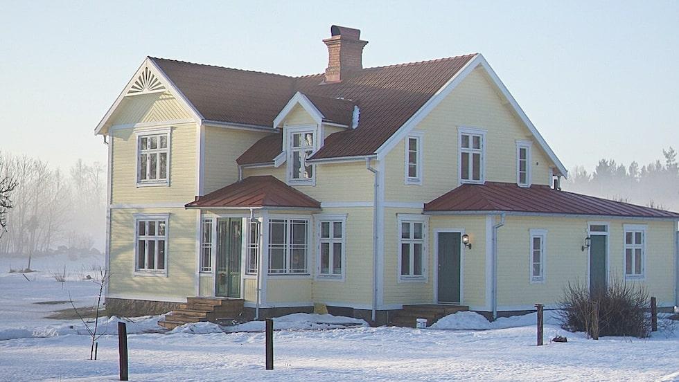 Efter flera års renovering ser huset ut så här – stor skillnad mot förfallet som det var när Lisa Petersson och Gusten Lantz köpte det.