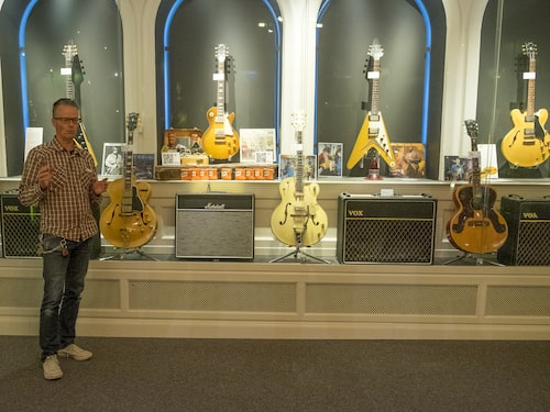 450 gitarrer i glasmontrar är inget annat än just 450 gitarrer i glasmontrar, om du inte följer med på en guidad visning på Guitars – The museum.