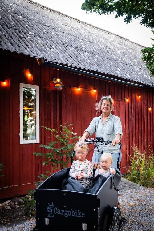 Gotländskan My Wrethagen sköter hotelldelen på Stelor medan hennes man driver restaurangen i den renoverade ladan. Här med barnen Loui och Tove.