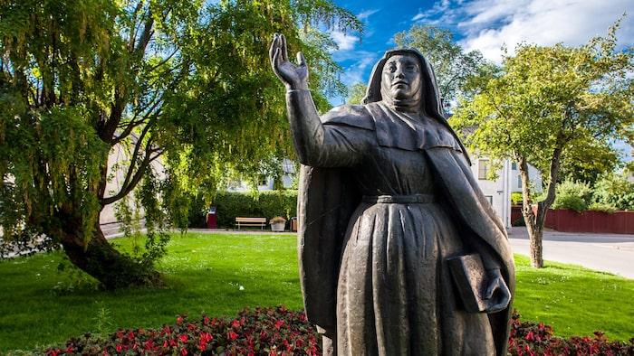 Staty av Heliga Birgitta i den klosternära parken.