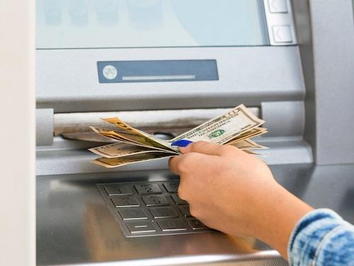 Det blir dyrare att ta ut pengar i den inhemska valutan i stället för den lokala i utlandet.