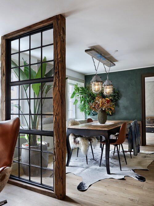 """Jeppe älskar att skapa inredning till sitt hem av återvunnet material, så som den New York-inspirerade glasväggen. Fondväggen är """"målad"""" med spackelfärg från Detale CPH, dörrkarmarna med Jotun Lady i färgen Smoked Oak."""