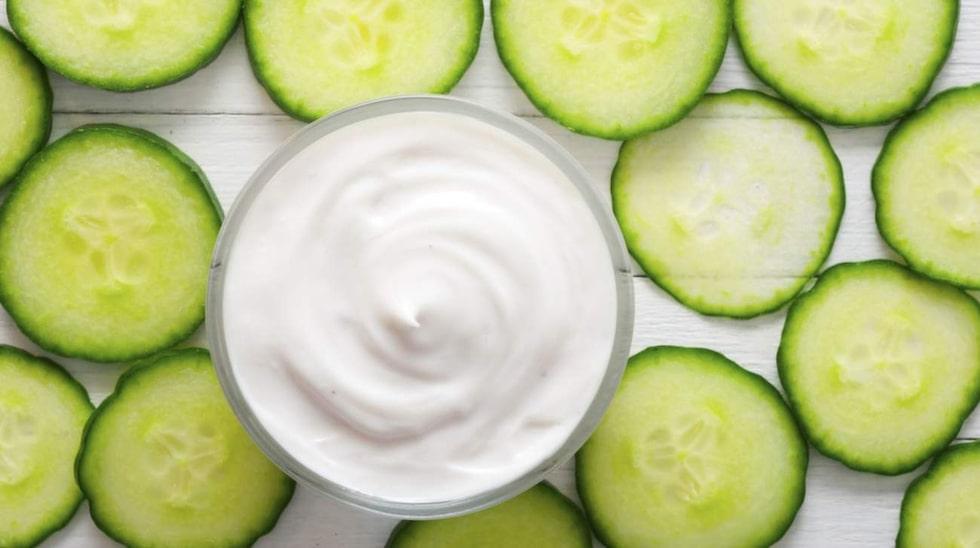 Gurka och naturell yoghurt gör huden mjuk och slät.