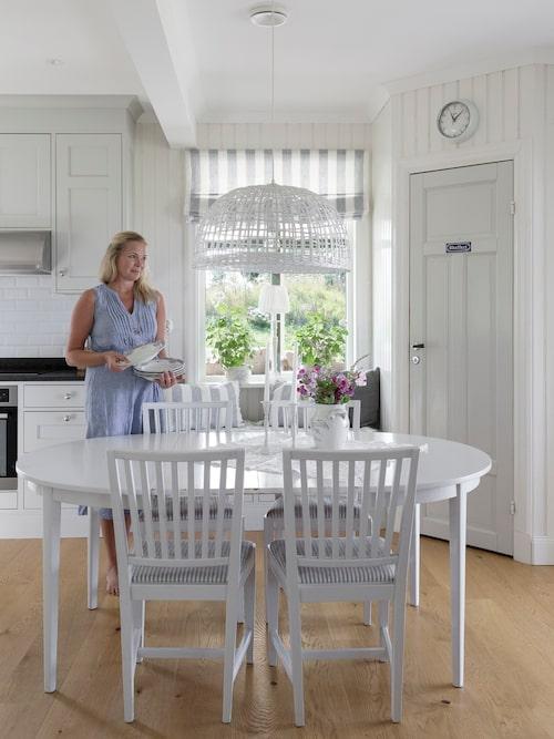 Köket är platsbyggt med lister och socklar för den rätta känslan. Kök, Novaflex, Stockshammar i Askersund. Anna har handmålat hela köket i en varmgrå nyans. Grå kulör, 2002-y Lady Jotun. Bord och stolar Blocket. Korglampa, Mio.
