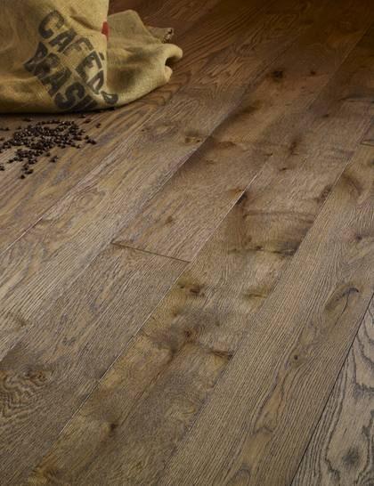 Tunt. Extra tunt massivt trägolv som går att lägga på ett befintligt golv. Miljövänlig extra stryktålig ytbehandling, ArtistOak Coffee, 990 kr/kvm, Dalafloda.se.
