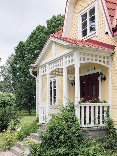 Entrén är omgärdad av snickarglädje som är dom ett smycke på parets hus.