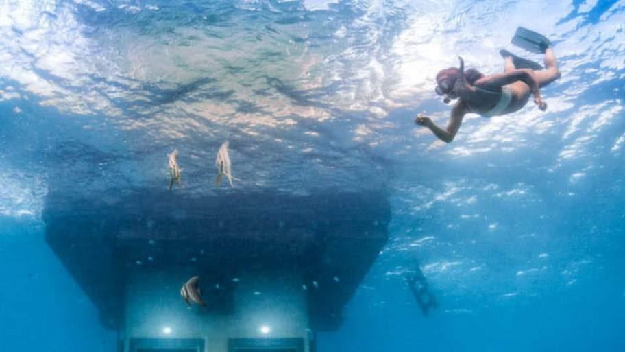 Nedersta våningen ligger fyra meter under vattnet och har glasrutor åt alla håll.