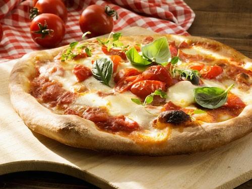 Napoletansk pizza direkt från vedugnen.