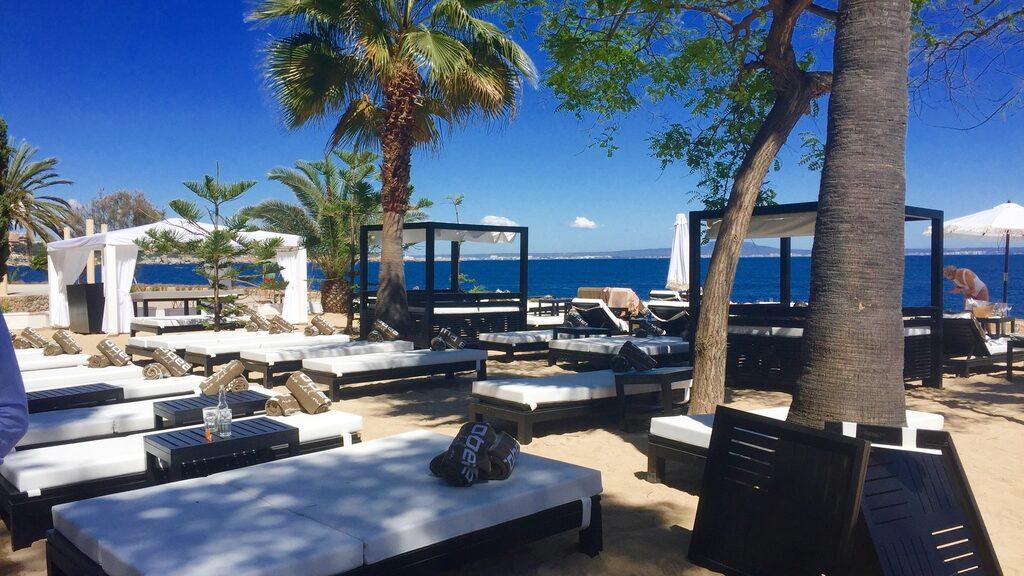 Nya strandklubben Purobeach Illetas, som öppnade i april, bjuder på solsängar och havsutsikt.