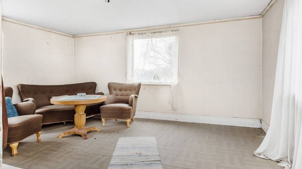 Huset kommer säljas med friskrivningsklausul.