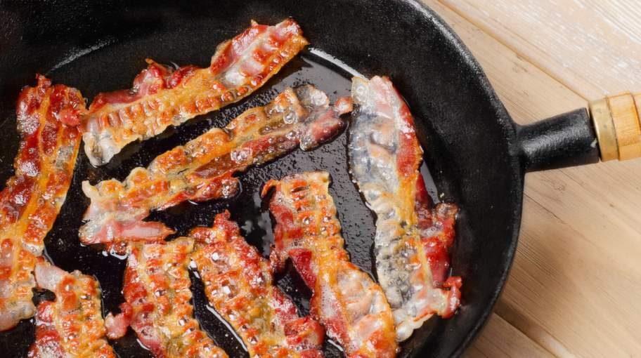 """""""Ett livsmedel som man aldrig någonsin ska äta om man vill hålla sig frisk är knaperstekt bacon"""", säger onkologiläkaren David Stenholtz till Hälsoliv."""