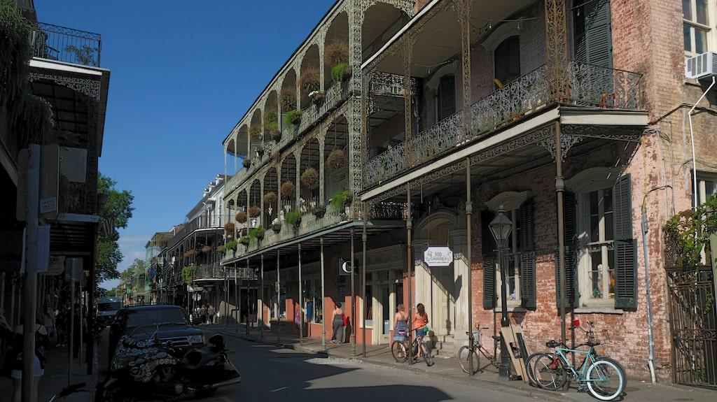 Typisk gata i den historiska kärnan French Quarter med de karaktäristiska balkongerna av smidesjärn.