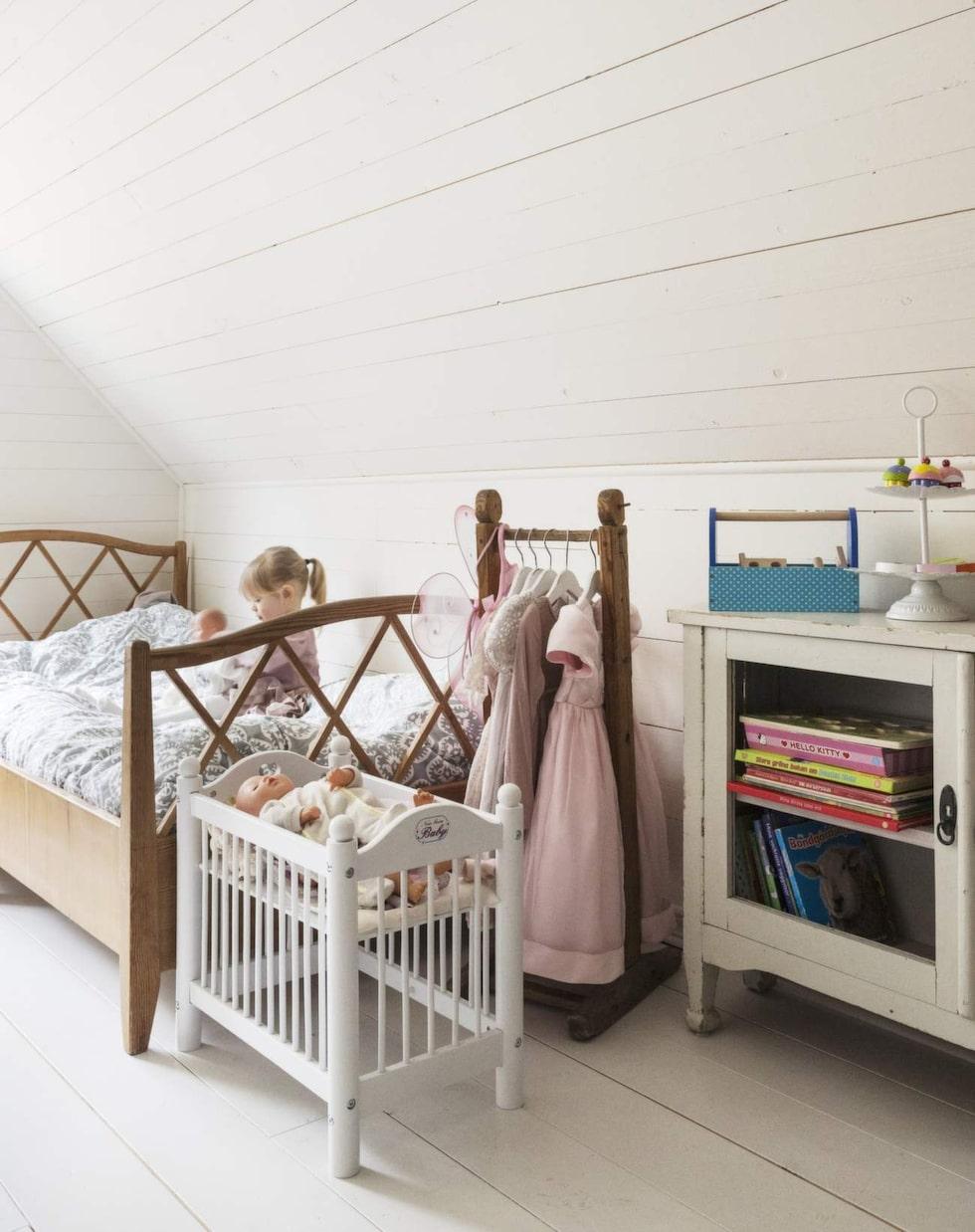 En blandning av gamla och nya möbler passar bra i barnrum. Kolla in second hand-marknaden!