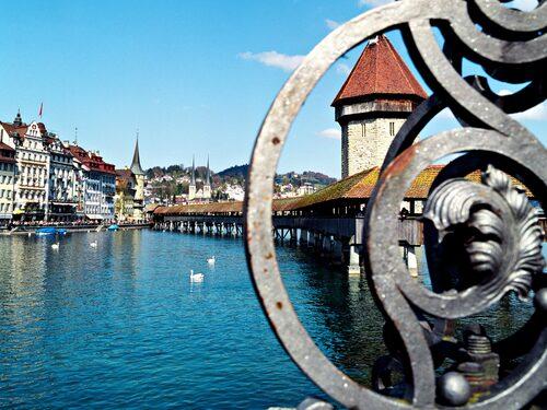Den medeltida taktäckta träbron Kapellbrücke över floden Reuss i Luzern är ett uppskattat turistmål.