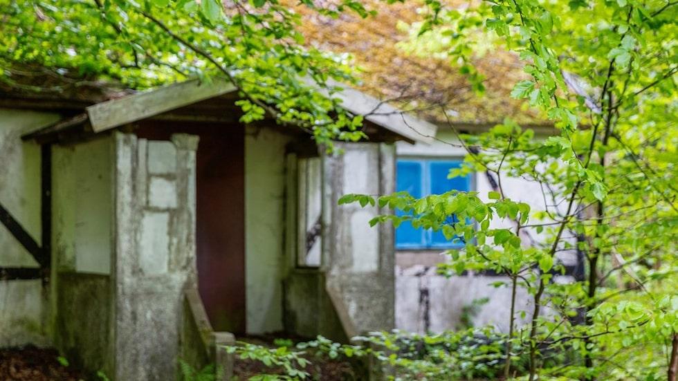 Det i dag förfallna huset ligger lite gömt bakom träden.