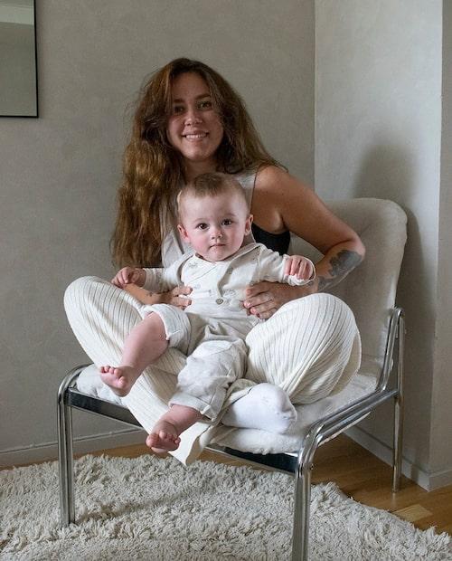 Caroline med sonen Miko.