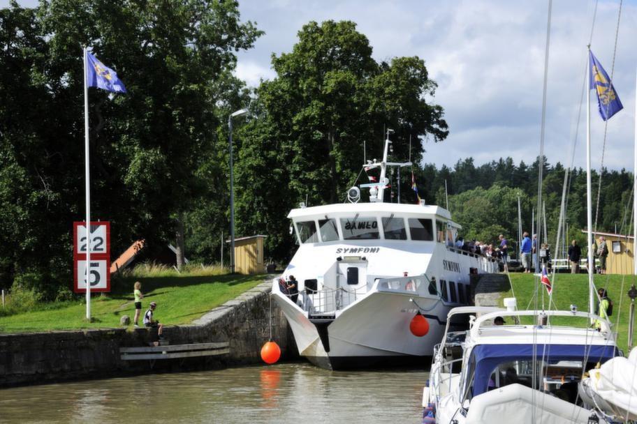Ett tips för en resa längs med Göta kanal är att ha god tid på er och räkna inte med att komma fram på en speciell tid eller till en viss hamn. Slussningen kan ta längre tid än ni räknar med. Här tar båten Symfoni sig igenom slussen Mem.