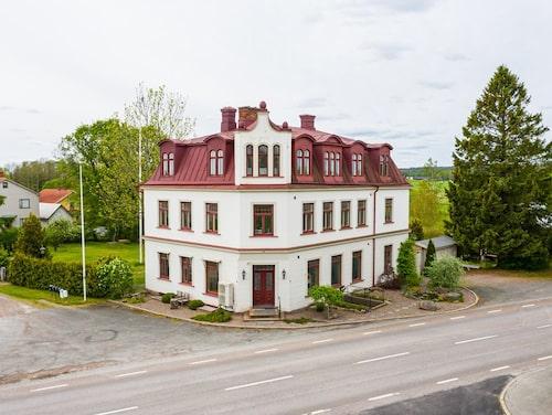 Det här huset från 1906 byggdes för att bli stadshuset i den kommande staden Tösse.