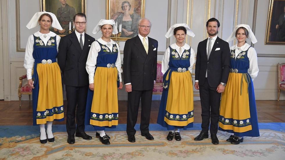 Prinsessan Madeleine, prins Daniel, kronprinsessan Victoria, kung Carl Gustaf, drottning Silvia, prins Carl Philip och prinsessan Sofia vid nationaldagsmottagningen på Stockholm slott i samband med nationaldagsfirandet 2019.