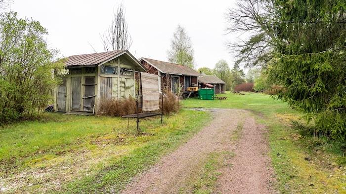 På tomten står både garage, jordkällare och vedbod.