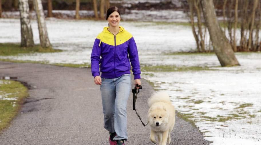"""Mycket bättre. """"Jag skaffade hund för ett år sedan, vilket gör att jag nu slår två flugor i en smäll på kvällen - går på hundpromenad och får samtidigt bort krypet,"""" säger Karin Klingestedt, 24. Foto: Cornelia Nordström"""