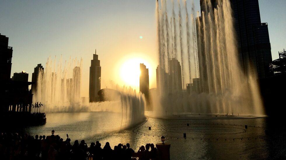 """Välkänt, extremt välbesökt men inte desto mindre värd att se. Dubai Fountain är verkligen ett skådespel; en föreställning med vatten som """"dansar"""" synkroniserat med musiken."""