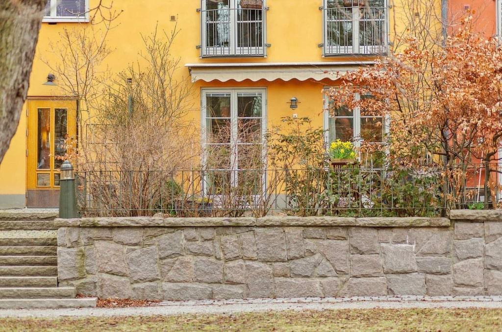 Lägenheten ligger på Kungsholmen i Stockholm och har två rum och kök.
