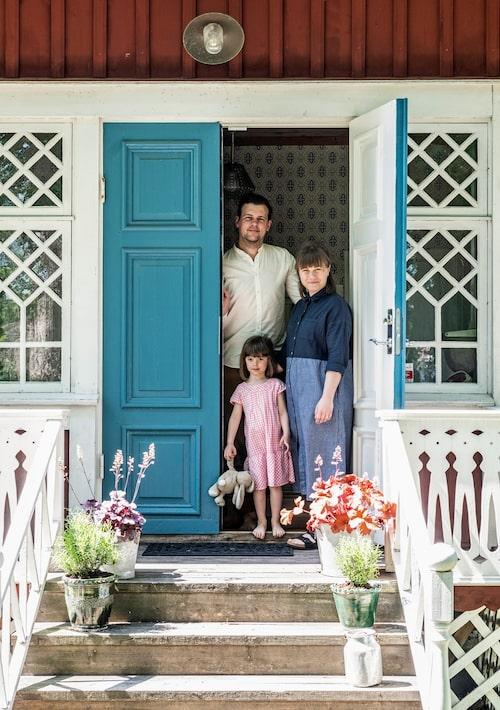 Andreas, Hanna och Lotta samlade på farstukvisten. Sedan reportaget gjordes har familjen utökats med lillebror Pelle.