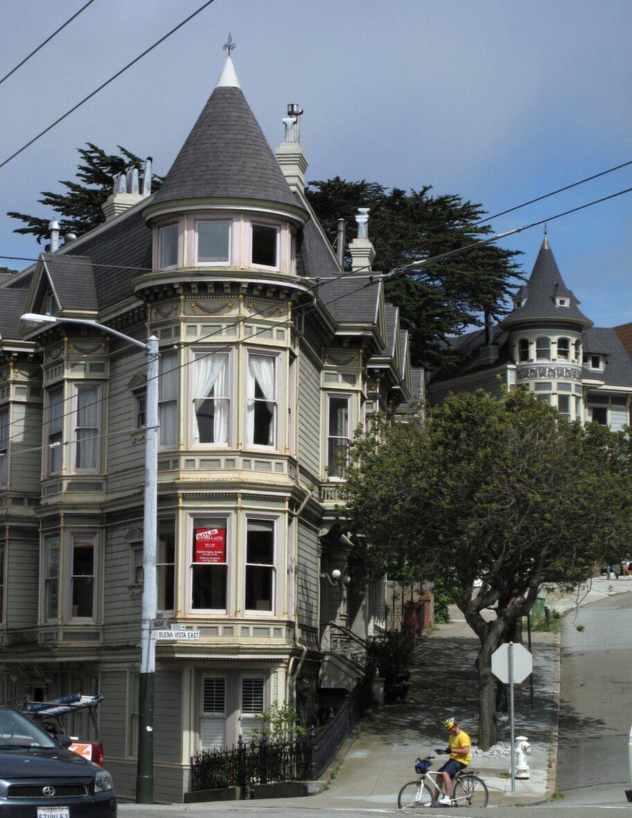 I San Francisco är det lätt att få tag på en hyrcykel - och med en bra karta hittar du omvägar om du inte vill ge dig på de värsta backarna. Här har en cyklist tagit en paus i hippieområdet The Haight.