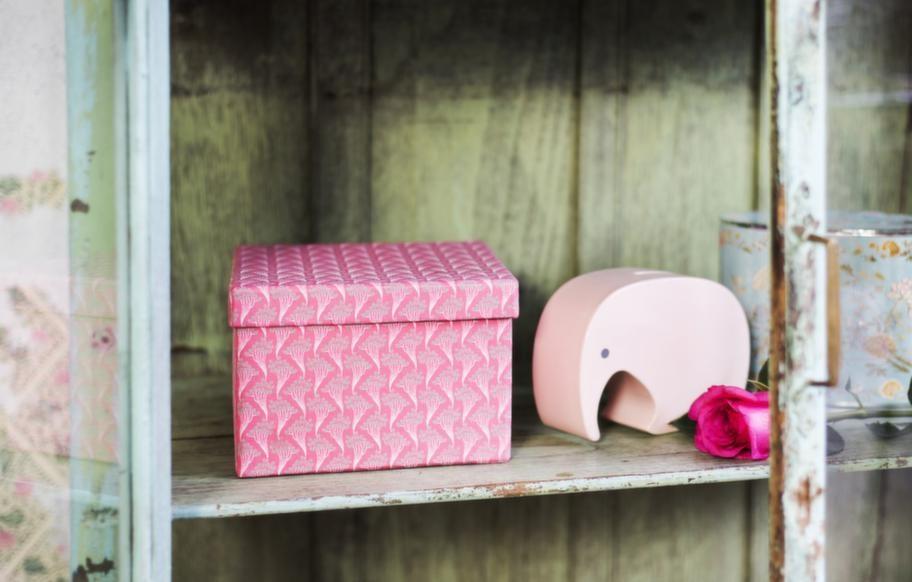 Mönstrad box, 129 kronor, sparbössa i form av elefant, 799 kronor, båda från Illums bolighus. Doftande presentbox Ortigia med tvål, 595 kronor, Gertrud.