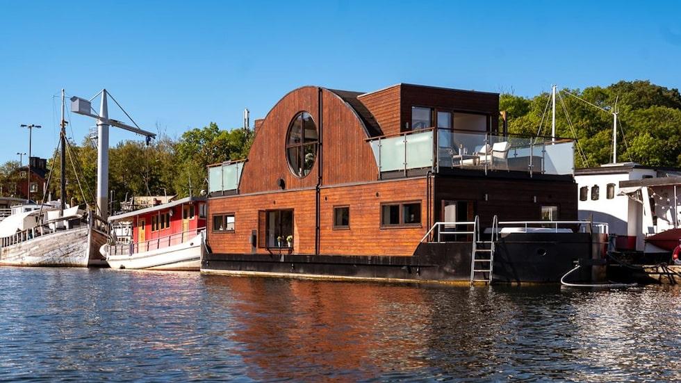 Har du drömt om att på i en husbåt finns chansen nu.