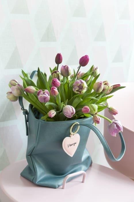 Vilken fin present! Härlig bukett tulpaner i en väska. Annorlunda och snyggt.
