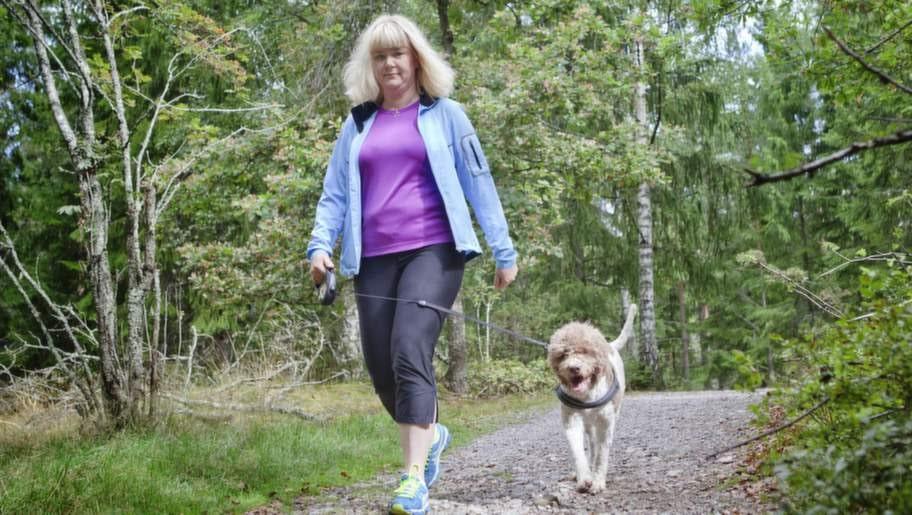 """Hälsosam promenad. Malin Dannemann hade hälsporre. Efter att ha gått på behandlingar i några månader var hälsporren borta. """"Men jag måste tänka på vad jag har på mig för skor"""", säger hon."""