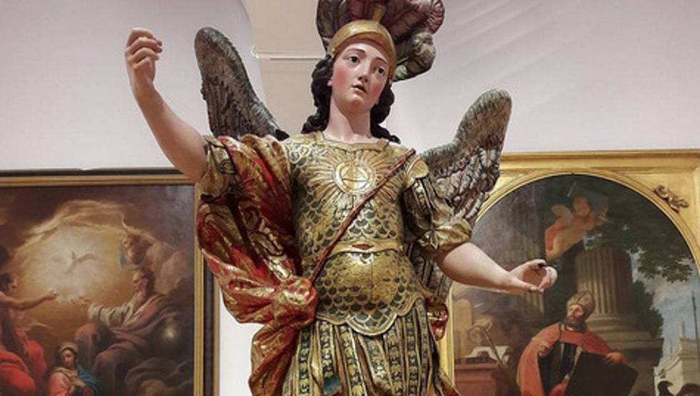 Statyn som förstördes i selfieolyckan heter Sain Michael.