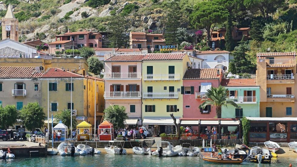 Hus i fina pasteller på ön Isola del Giglio i Italien.