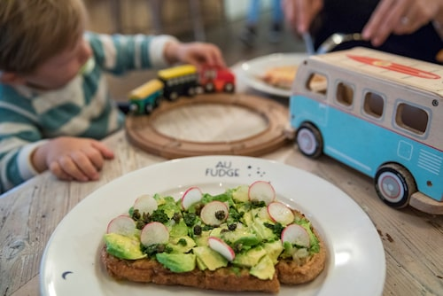 På Au Fudge på Melrose Avenue kan man äta gott medan de små leker.