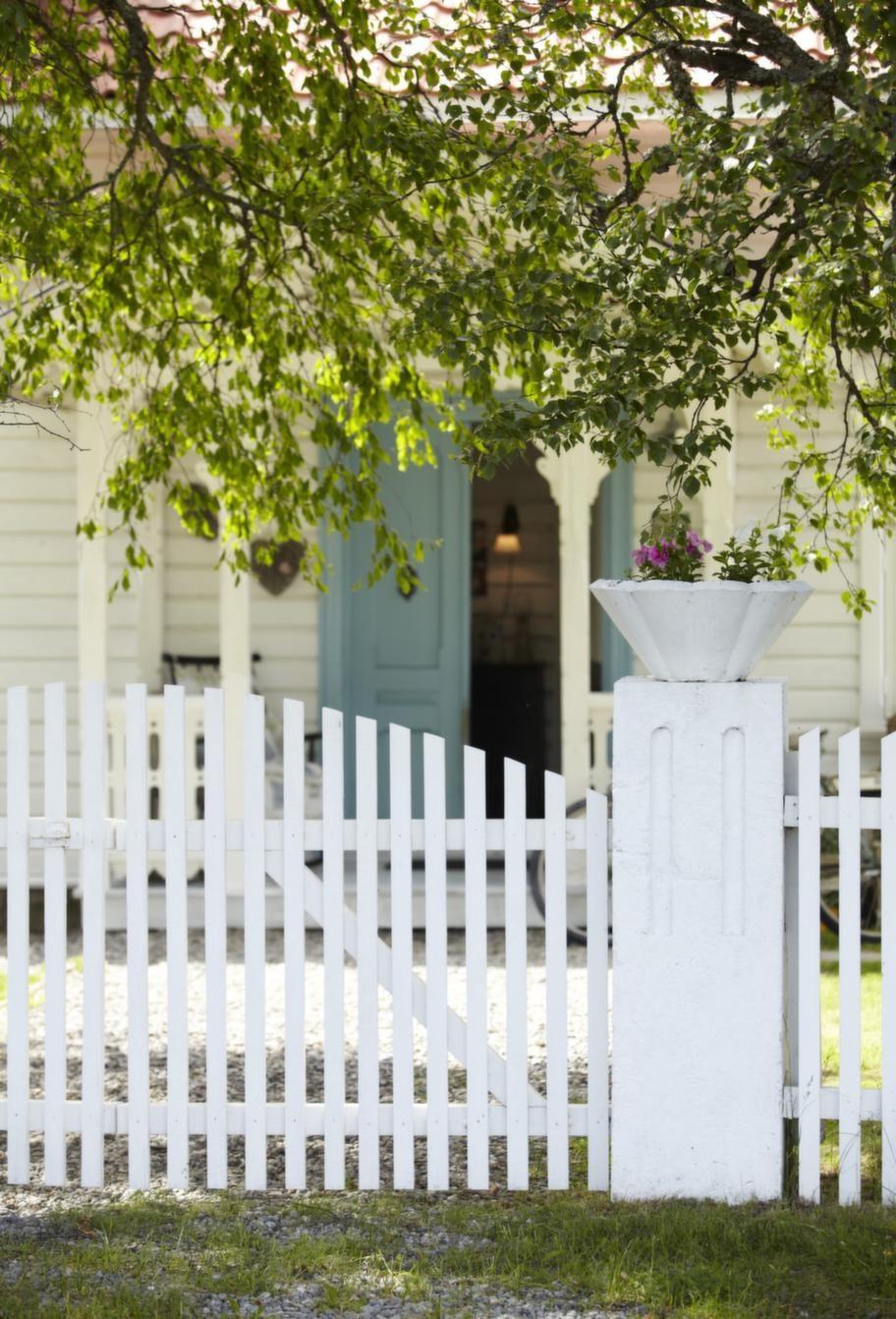 Entré. Den blå ytterdörren är en fin kontrast till den vita utsidan.
