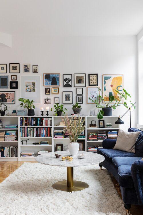 I lägenhetens mer privata flygel finns ett kombinerat tv- och arbetsrum. Soffa, soffbord och vit ljuslykta, Mio. Vas, Ernst. Fågel, Ibis Keramiikka. Ljuslyktor, Skultuna. Hyllor och golvlampa, Ikea.