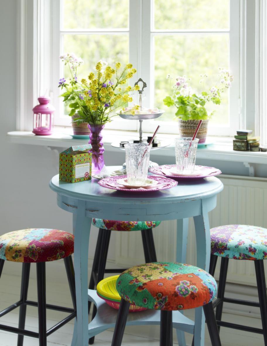 PastellerFikabordet är dukat med pastellfärger, vas, 79 kronor, kakfat, 299 kronor, Indiska. Sked, 20 kronor, korgar, 48 kronor styck, Coctail. Lykta, 39 kronor, korg/kruka, 49 kronor, Ikea.