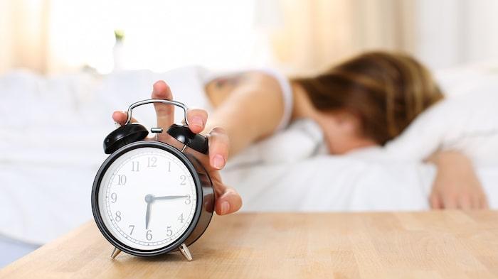 När man vrider tillbaka klockan till vintertid kan man få en extra timmes sömn.