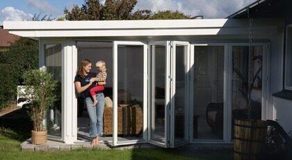 IN VINTERTRÄDGÅRD. Skånska byggvaror Uterum natur Typ: Bygg din egen vinterträdgård med träpartier av hög kvalitet och varm och ombonad känsla. Tillverkat i finger- skarvat och impregnerat virke för hög kvalitet. Dörrarna löper i hjulvaggor både upp- och nedtill. 2-glas säkerhetsglas och mycket bra isolervärde. Du kan köpa till löstagbar spröjs. Pris: Kontakta Skånska byggvaror för exakt pris. Info: www.skanskabyggvaror.se.