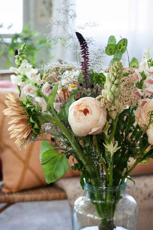 Vas, 650 kr, Antique & quriosashopen. Buketten kommer från Floristkompaniet och består av pion, solros, lejongap, lysimachia, limonium, rölleka, tuberosa och chasmanthium